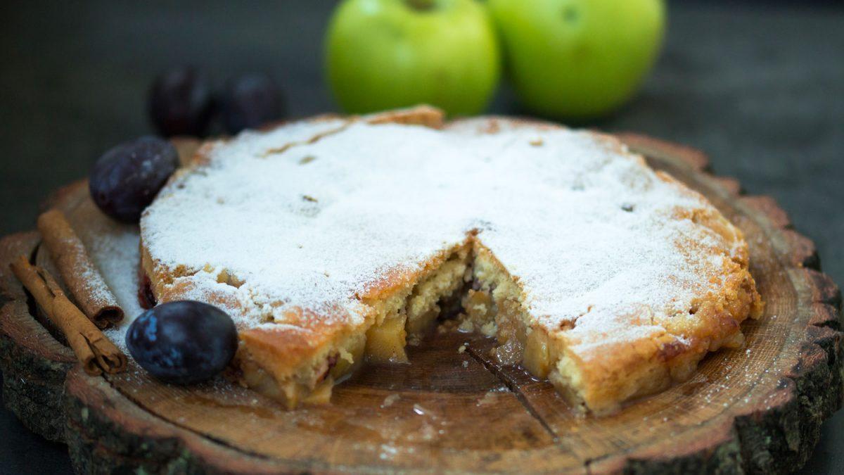 Prevrnuti tart sa jabukama i šljivama