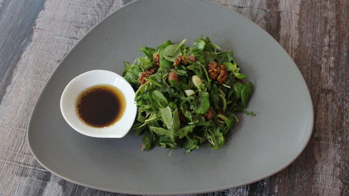 Salata sa rukolom, matovilcem, orasima, bademima, pršutom i kozjim sirom