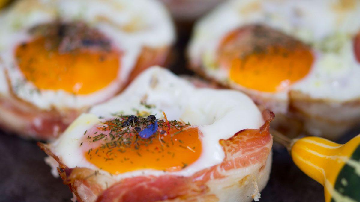 Klasika na moderan način – jaje, tost, sir i slaninica iz rerne