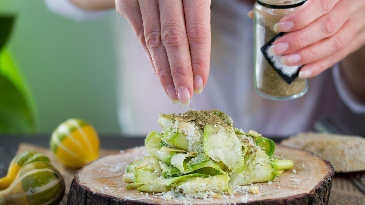 Sveža salata sa tikvicama i Za'tar začinom