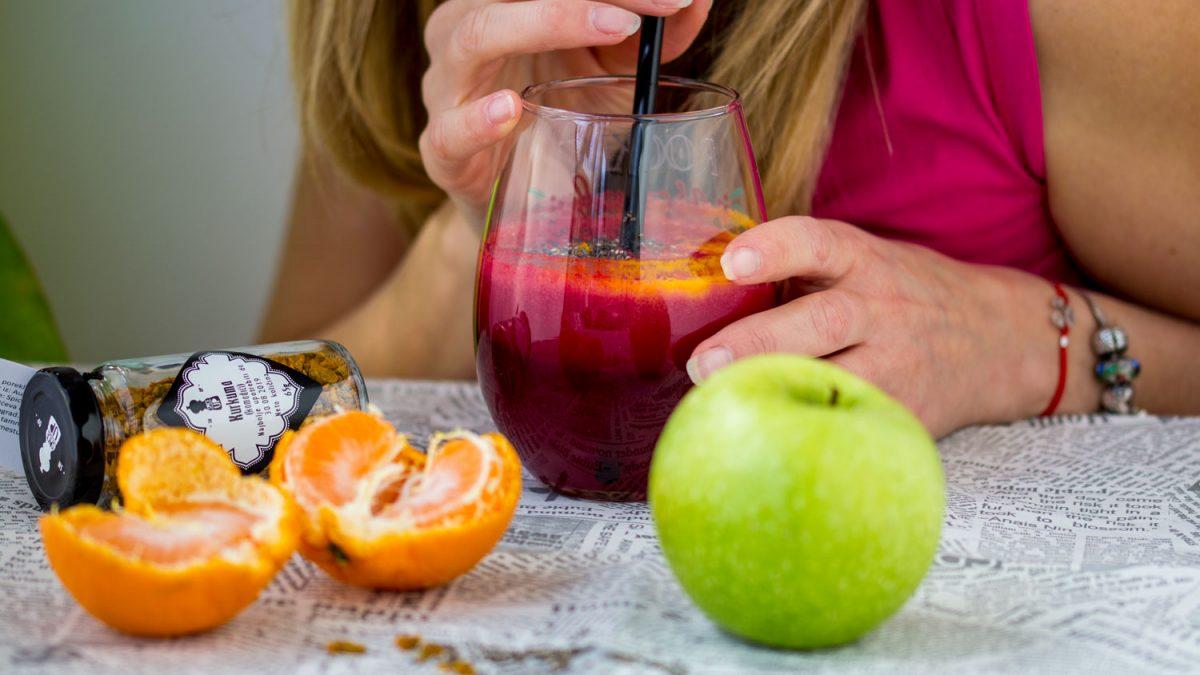 Sok od cvekle, đumbira, jabuke & mandarine, začinjen sa kurkumom i čia semenkama