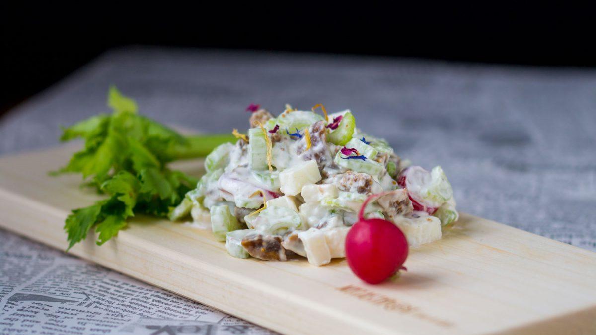 WOW salata sa kozjim sirom i suvim smokvama