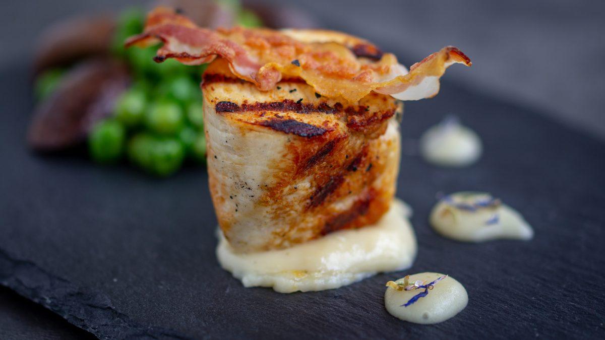 Ćuretina sa sotiranim graškom, pečurkama & čipsom od slanine