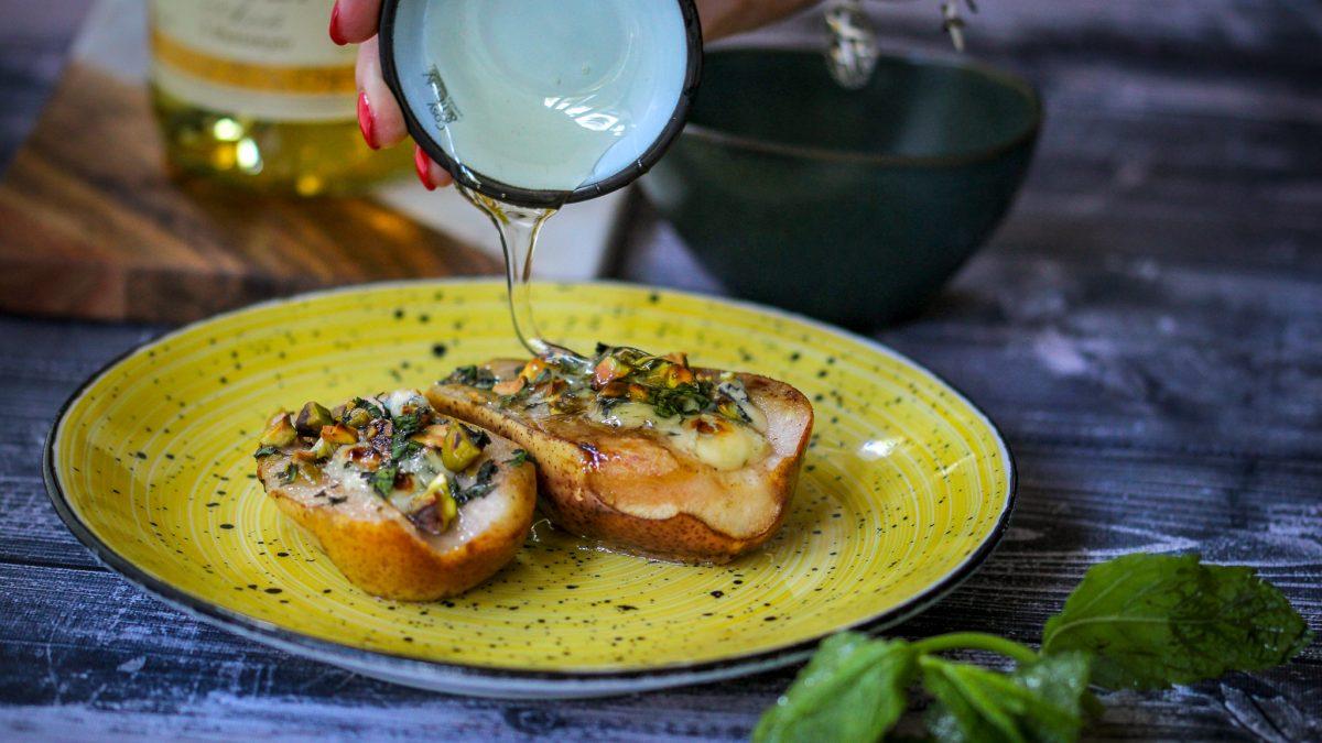 Kruške punjene plavim sirom, pistaćima, nanom i medom