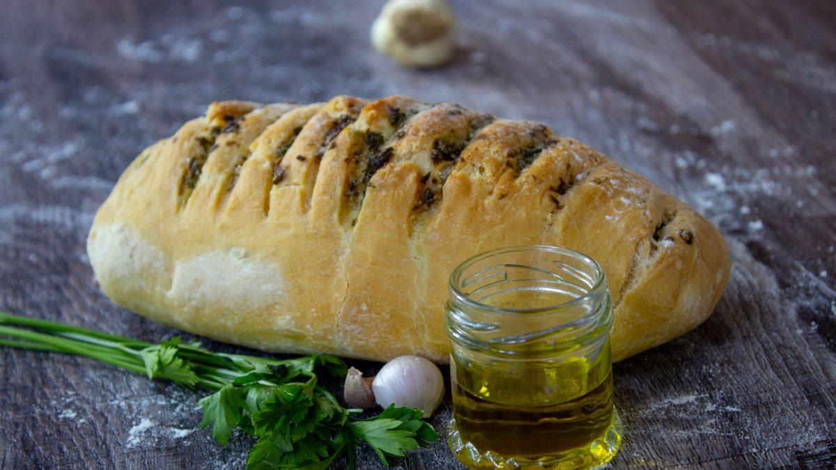Domaći hleb sa belim lukom i peršunom