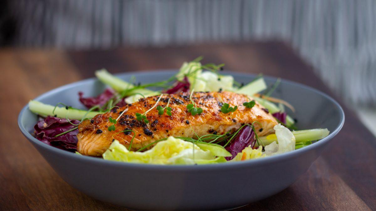 Salata sa grilovanim lososom