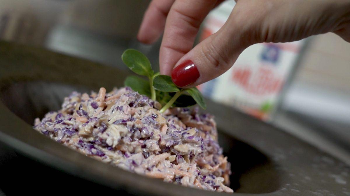 Salata od crvenog kupusa, šargarepe, belog pilećeg mesa i indijskog oraha
