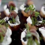 Zapečena boranija u slaninici servirana na Mediteraneo namazu i bagetu