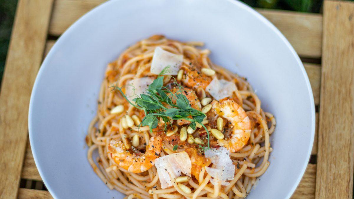 Špageti sa kozicama u sosu od paradajza i breskvi