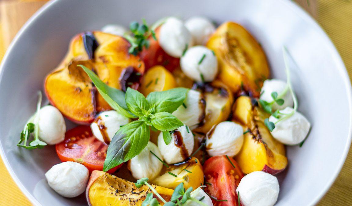 Caprese salata sa grilovanim breskvama
